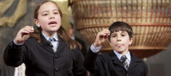 Los niños del colegio de San Ildefonso Eduardo Escobar y Alejandra Alves cantaron el número 69069