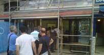 Clientes haciendo cola en la puerta de 'Doña Manolita'.