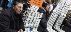 Varias vendedoras de lotería ofrecen sus décimos en la Puerta del Sol de Madrid.