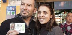 Una pareja muestra su décimo premiado