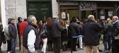 Colas frente a la administración de Doña Manolita.