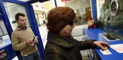 Una mujer compra Lotería del Niño.