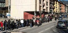 Avalancha de personas en Sort para comprar Lotería de Navidad