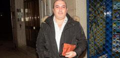 Un hombre recupera la cartera con sus décimos del Sorteo de Navidad.