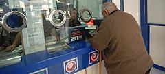 Un hombre compra lotería.