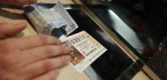 Una mujer compra un décimo de Lotería.