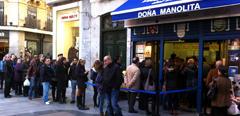 Colas en Doña Manolita para comprar un décimo para el Sorteo de Navidad 2015.