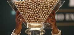 Una de las tolvas con las bolas del sorteo de la Lotería de Navidad 2016.