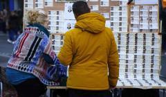 Un hombre compra Lotería de Navidad.