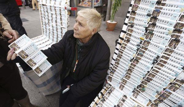 Una mujer vende décimos para la Lotería de Navidad.