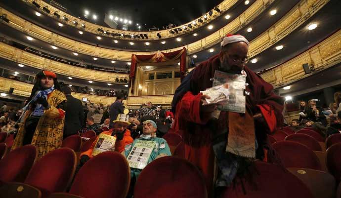Público en en el Teatro Real para ver la Lotería.