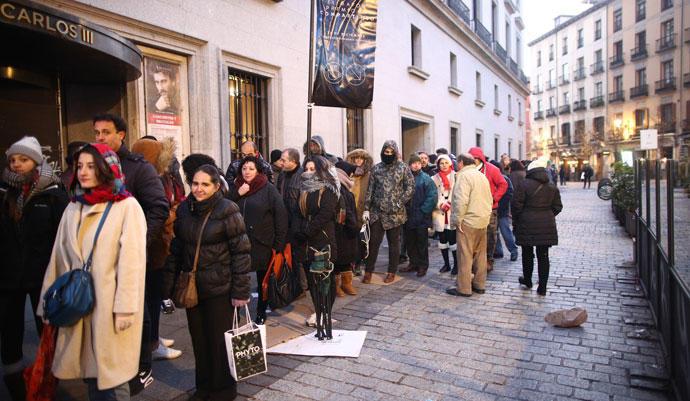 Un grupo de personas hace cola para entrar al Teatro Real.