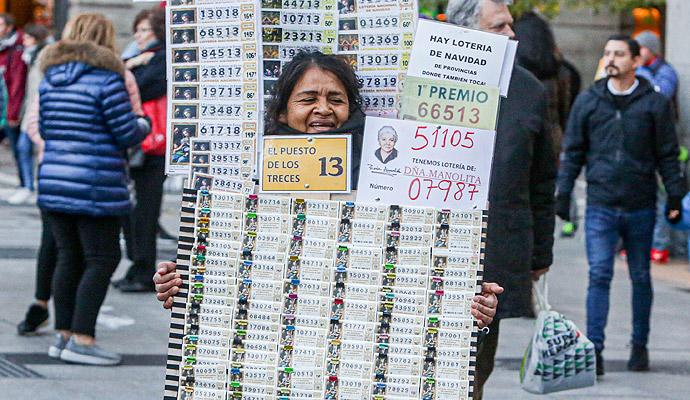 Una lotera vende décimos de la Lotería de Navidad.