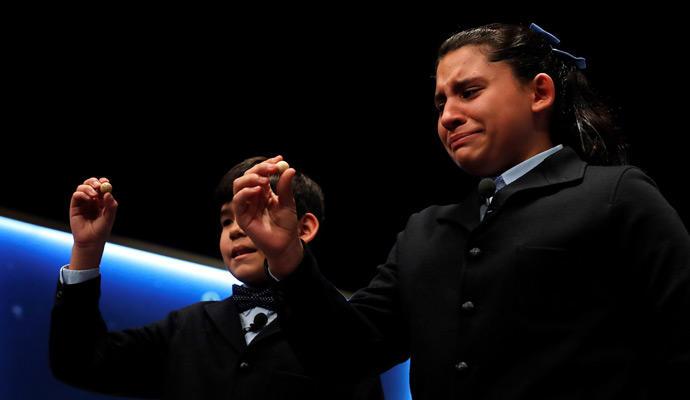 Los niños Nerea Pareja y Alfonso Dávalos han cantado el primero de los quintos premios del Sorteo Extraordinario de la Lotería de Navidad.