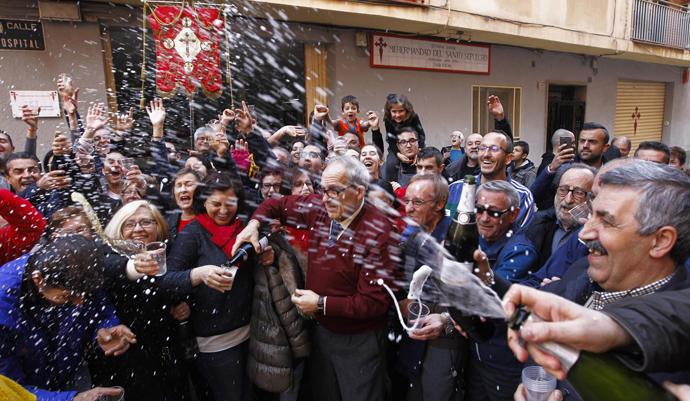Varias personas celebran un premio en la Lotería de 'El Niño'.
